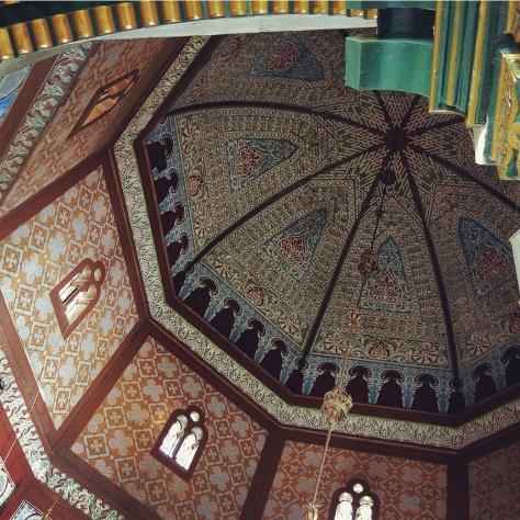 Langit-langit di bagian dalam Masjid Azizi