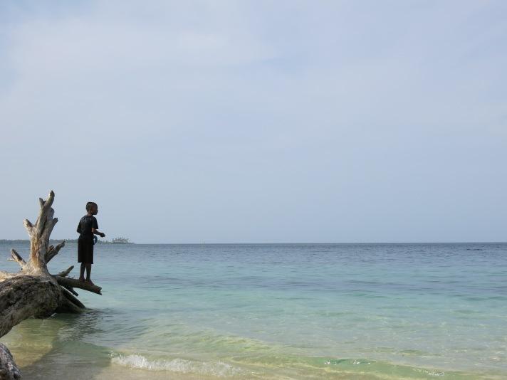 Seorang bocah tengah memancing
