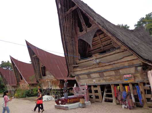 Rumah adata Batak dan patung Sigale-gale